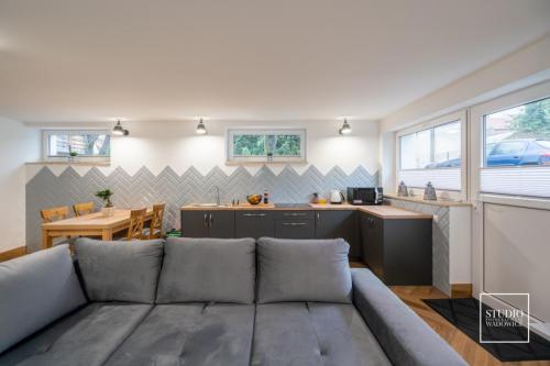 Apartament z białą wanną z hydromasażem i baldachimem